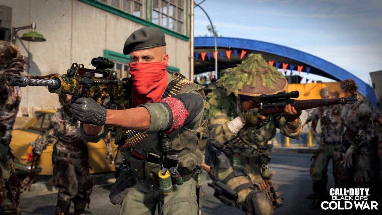 Imagem de dois soldados armados em meio a muitos zumbis na 3ª temporada de Black Ops Cold War e Warzone