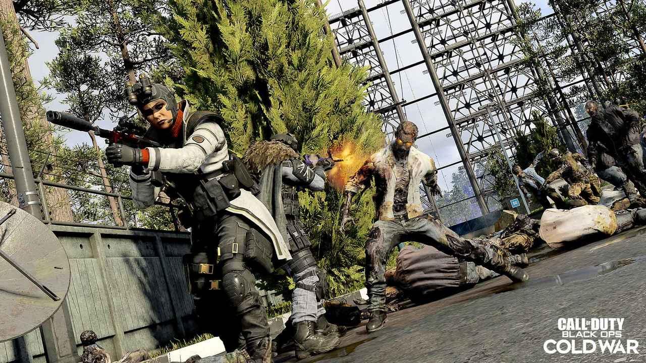 Imagem de uma operadora armada com zumbis atrás na 3ª temporada de Warzone e Cold War