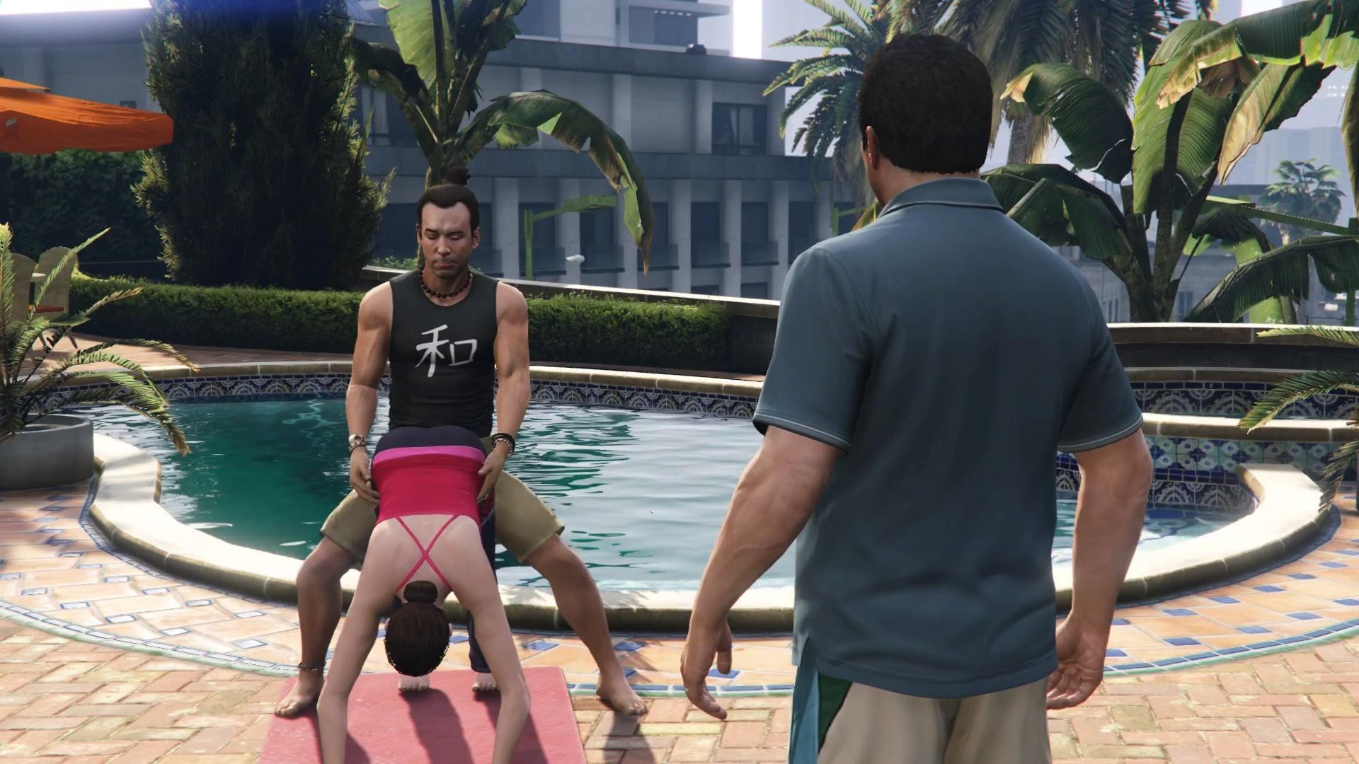 Personagem Michael de GTA V olhando dois personagens em frente de uma piscina.