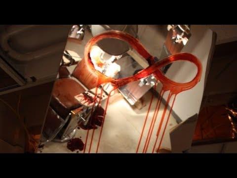 Imagem com um símbolo de infinito desenhado com sangue em um espelho para fazer referência a um dos segredos em GTA V.