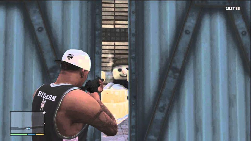 Personagem Franklin segurando uma arma enquanto encara um boneco de neve.