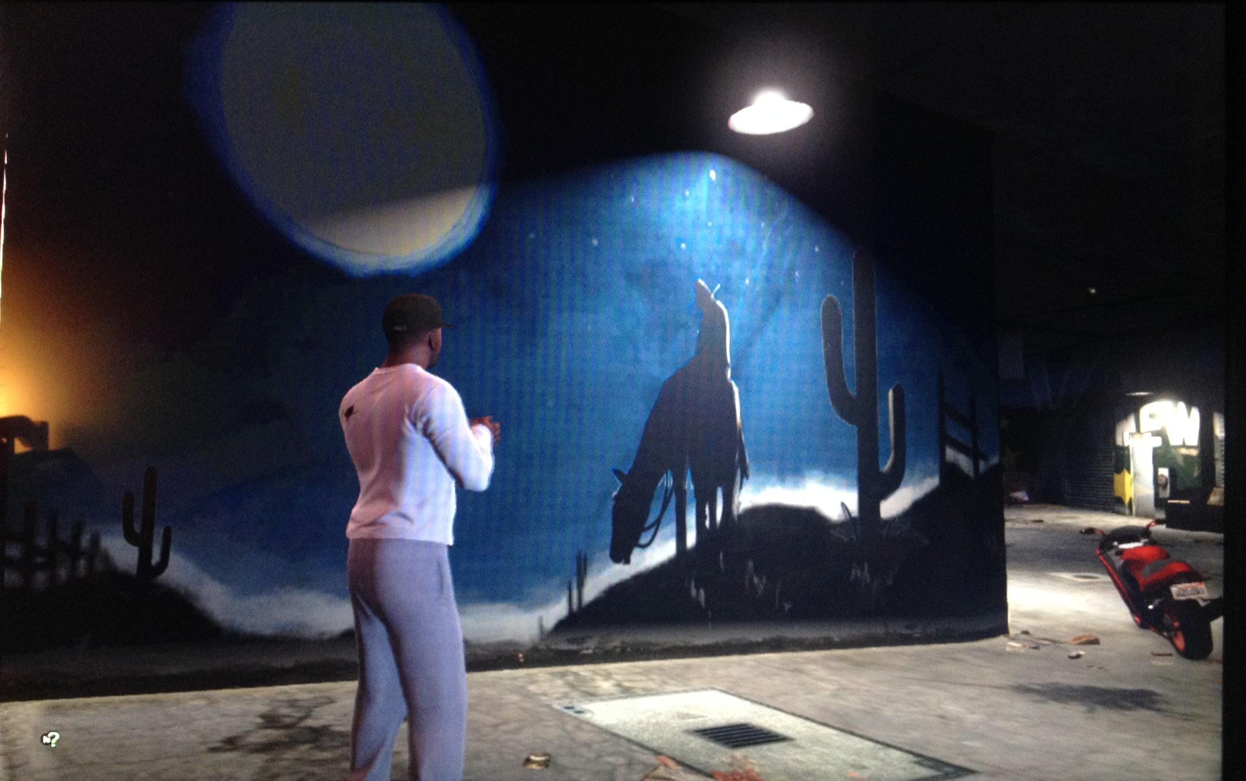 Personagem de GTA V encarando um mural pichado que tem o desenho de um homem em cima de um cavalo.