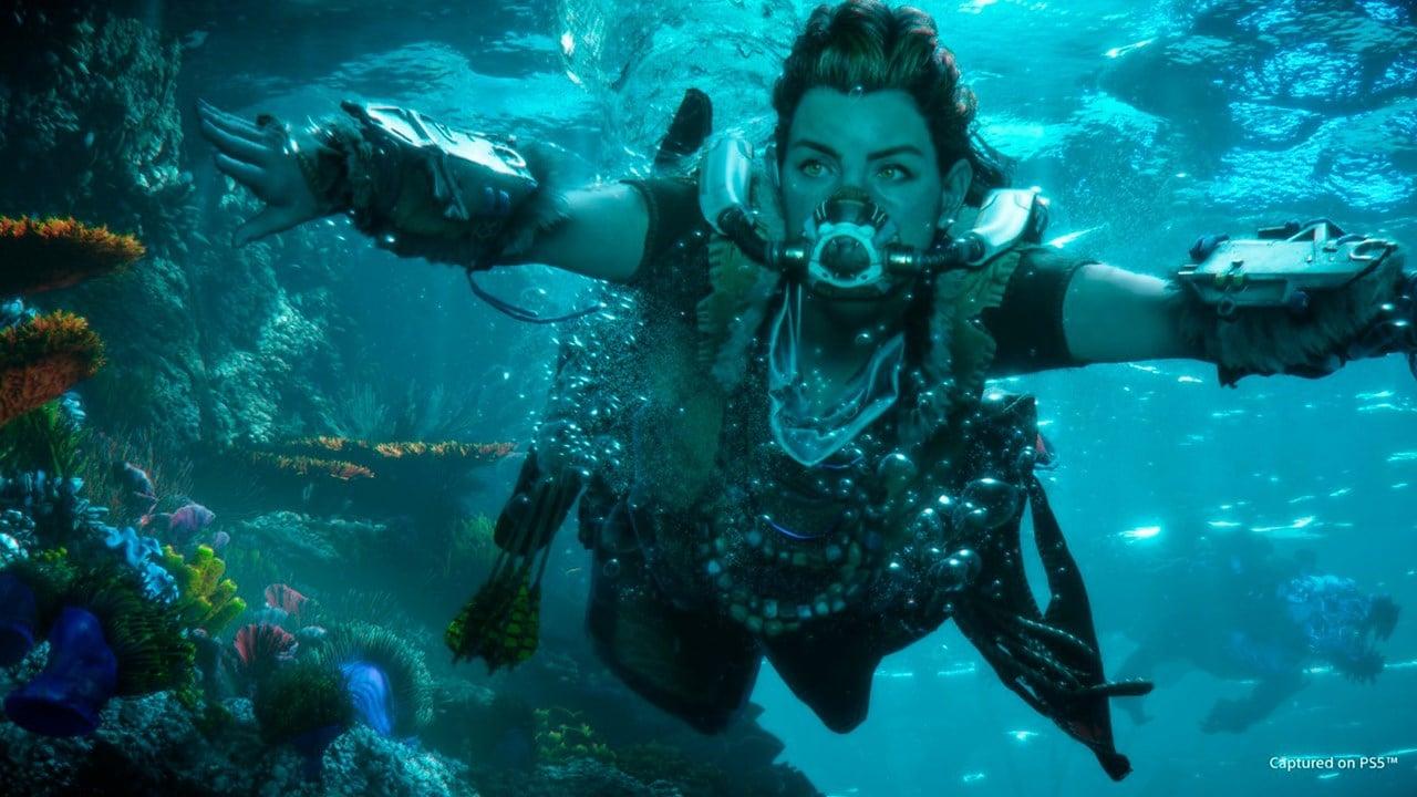 Alloy, de Horizon Forbidden West, com uma máscara de mergulho no fundo do mar.