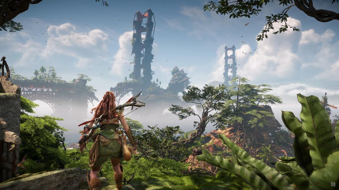 Imagens de Horizon Forbidden West com a protagonista Aloy de costas em um cenário com vegetação e uma ponte ao fundo