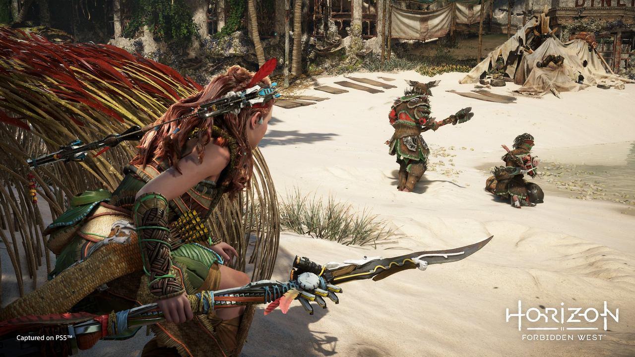Imagens de Horizon Forbidden West com a protagonista Aloy se escondendo de inimigos
