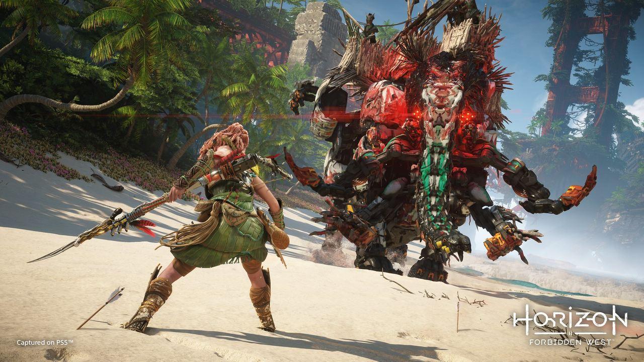 Imagens de Horizon Forbidden West com a protagonista Aloy de costas em uma luta contra uma máquina gigante em formato de elefante