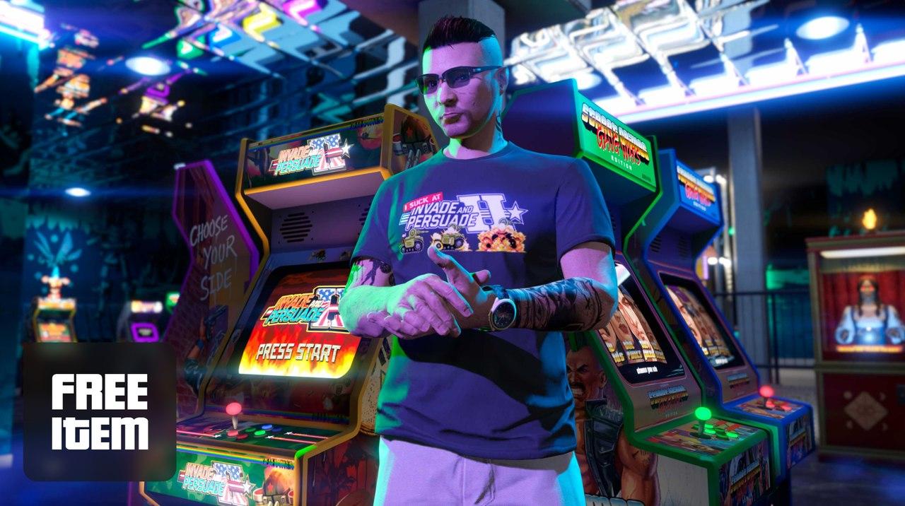 Imagem de capa de um personagem de GTA Online usando a camisa grátis da semana com máquinas arcade atrás dele