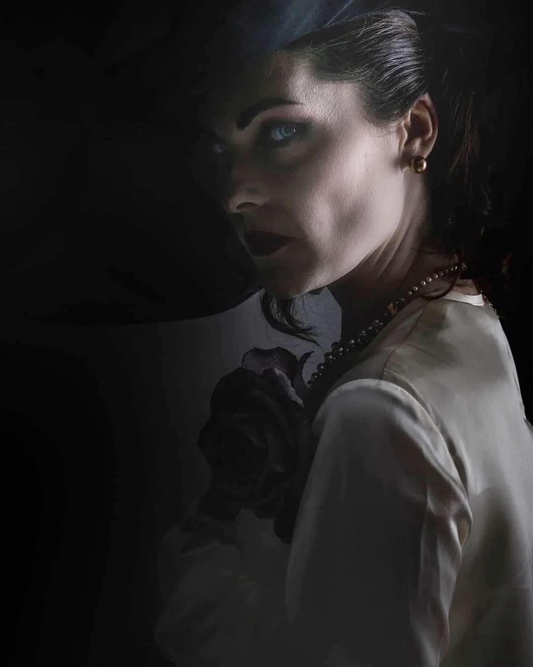 Atriz de rosto de Lady Dimitrescu com um cosplay da personagem.