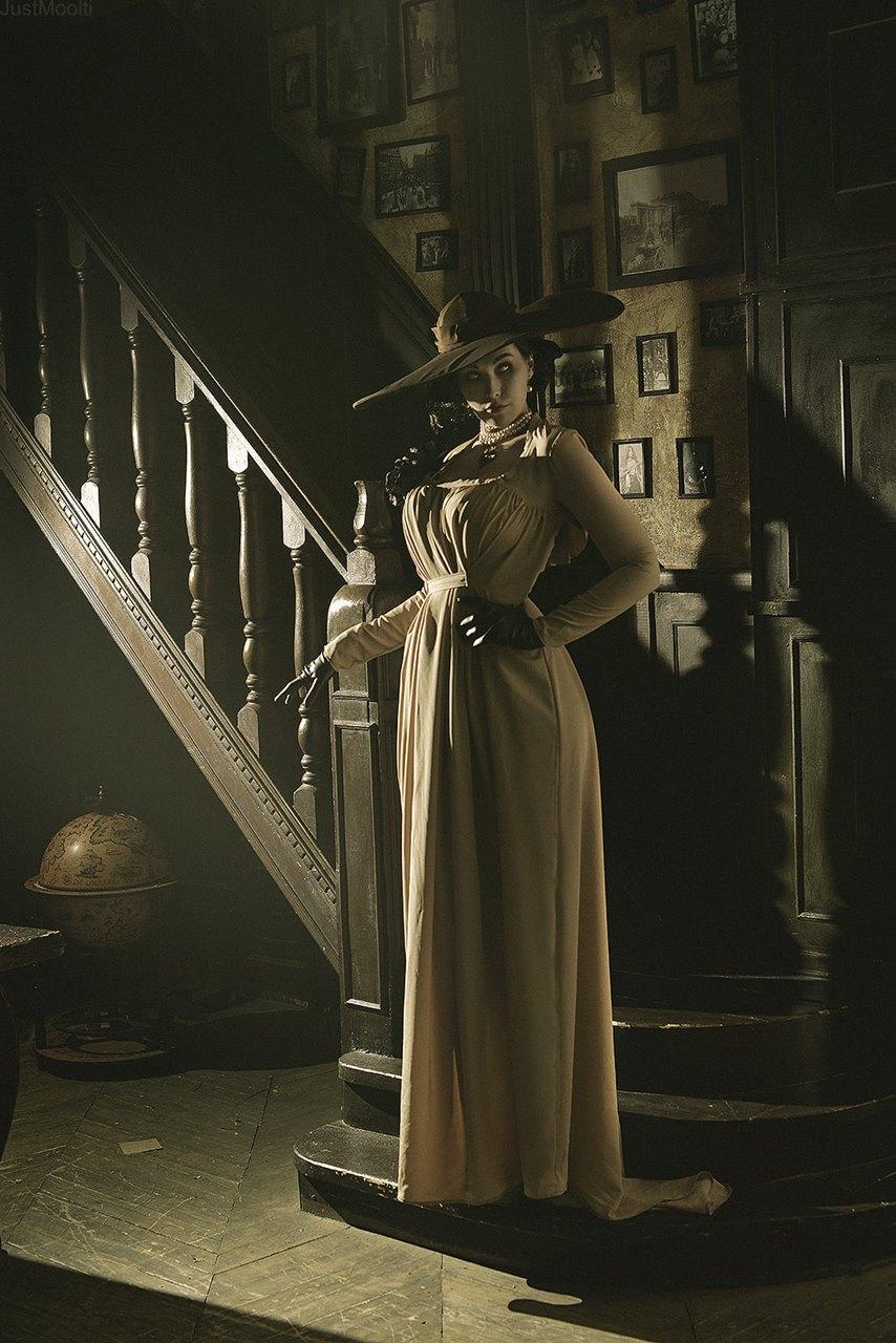 Cosplay de Lady Dimitrescu descendo as escadas