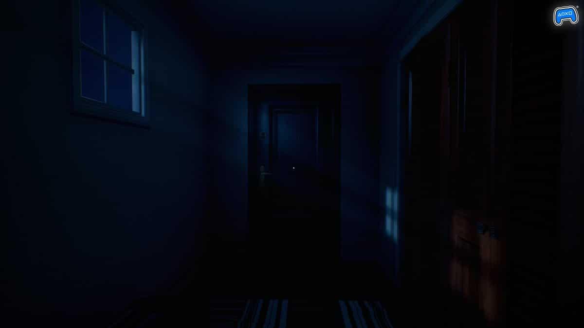 Imagem de Luto, jogo de terror psicológico, em uma casa escura e uma porta no final de um corredor
