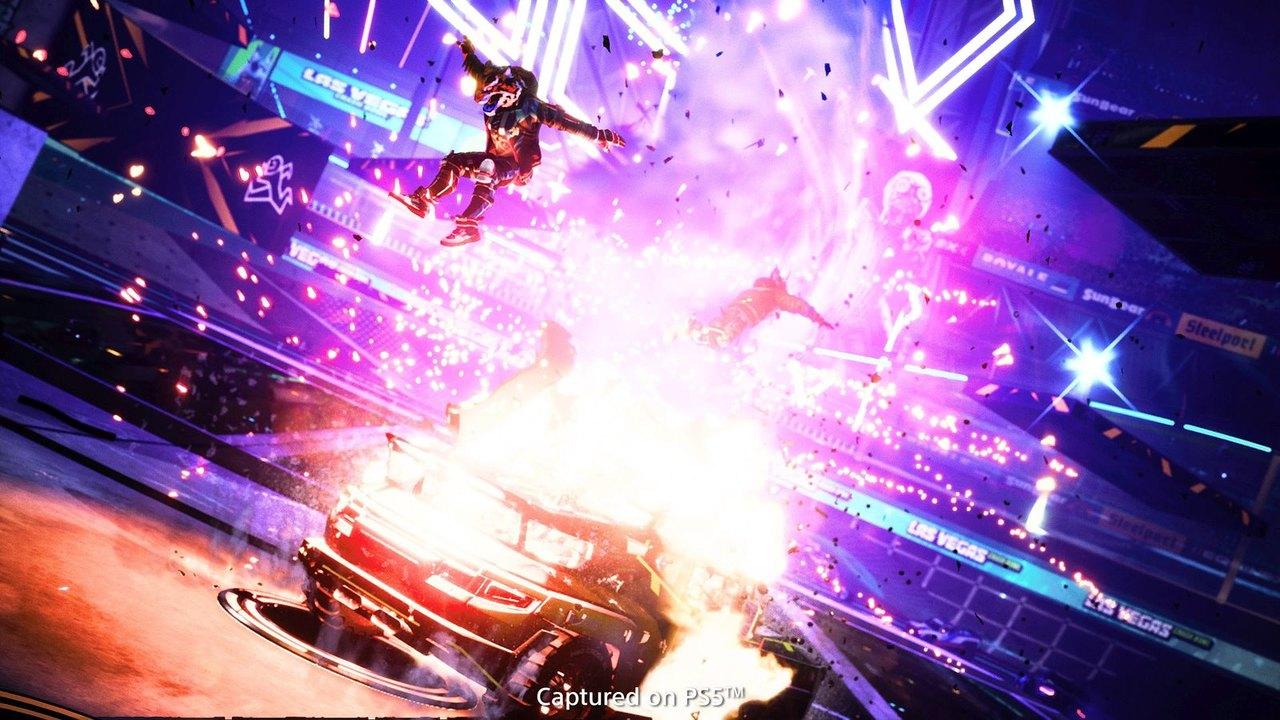 Imagem tirada no modo foto de Destruction AllStars com um personagem no ar e um veículo explodindo