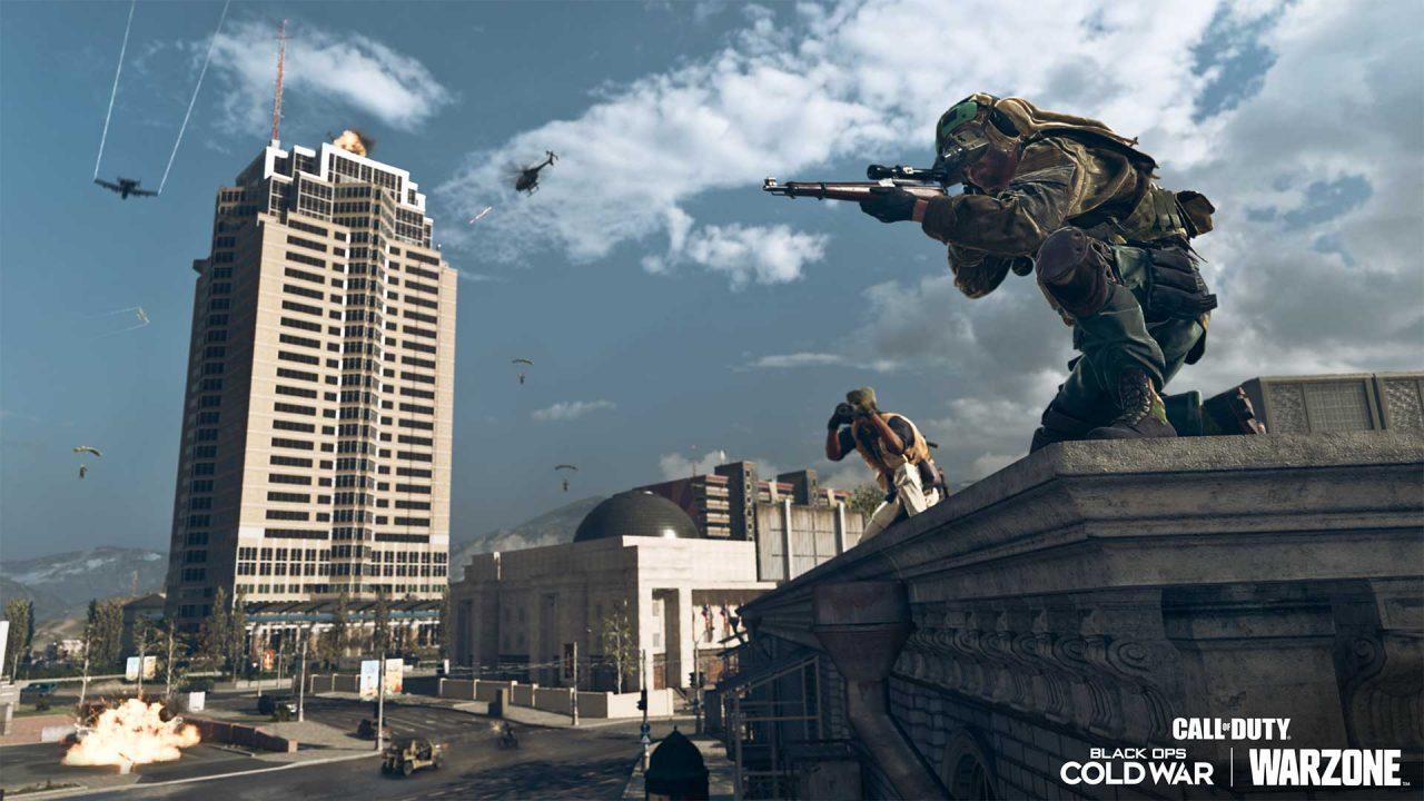 Imagem de um soldado armado em Warzone e Black Ops Cold War em cima de um prédio