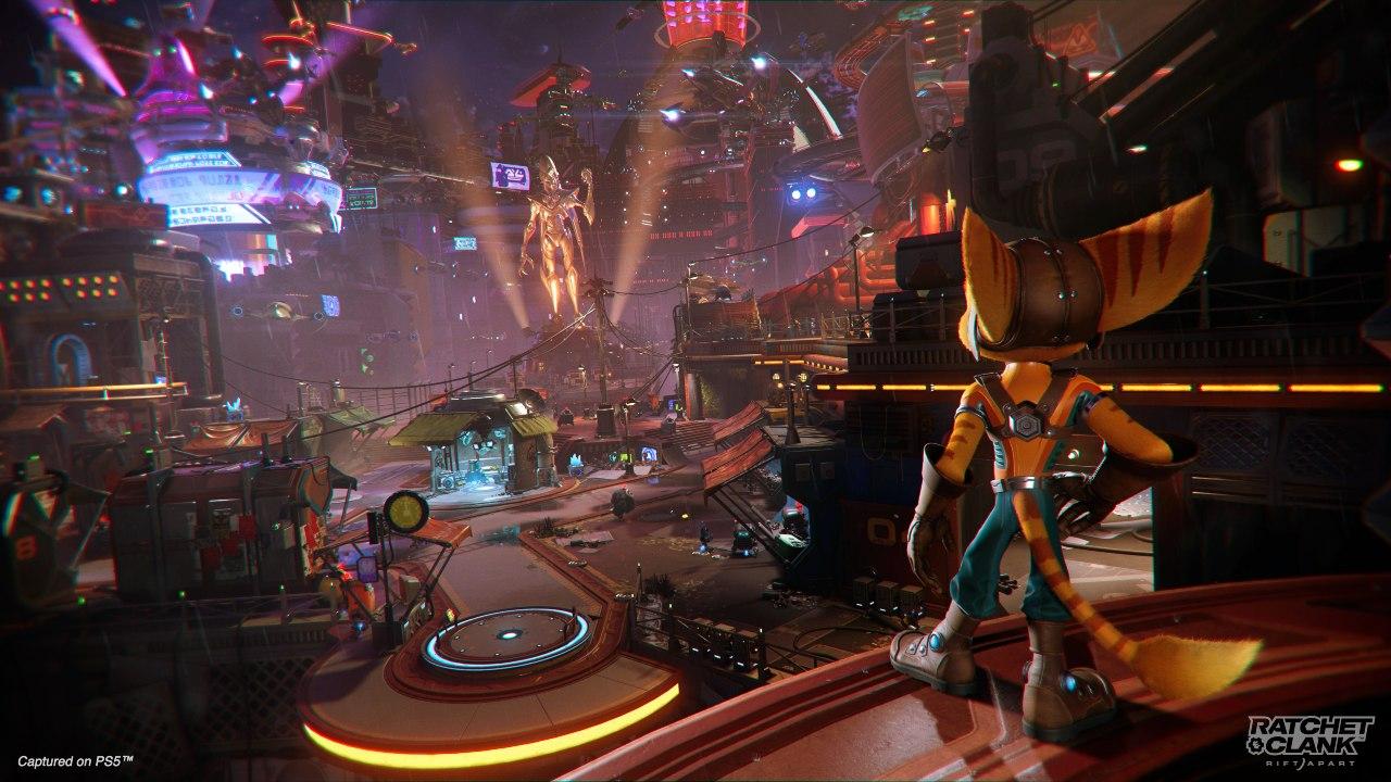 Ratchet olhando para uma cidade futurista em Ratchet & Clank: Em Uma Outra Dimensão