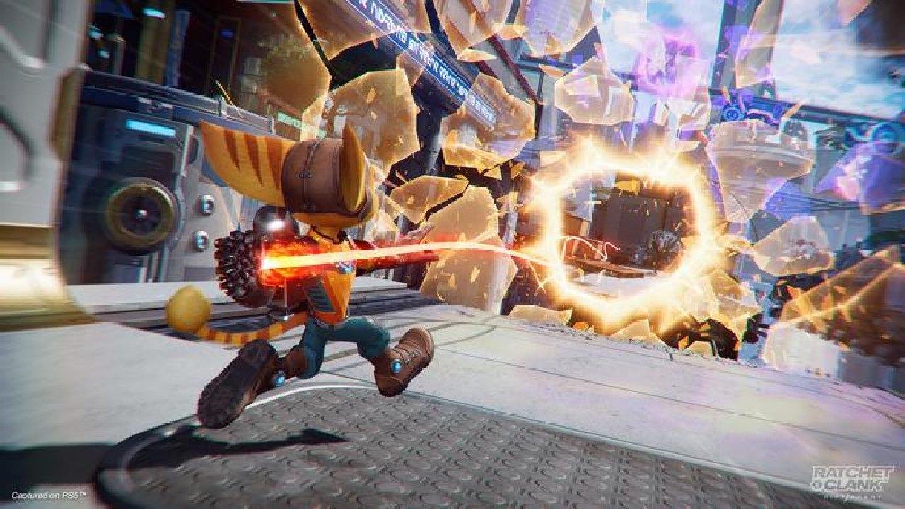 Imagem do jogo Ratchet & Clank: Em Uma Outra Dimensão, de PS5, com o protagonista jogando algo em uma fenda interdimensional