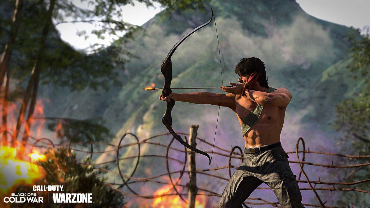 Imagem do Rambo mirando com um arco e flecha em Warzone