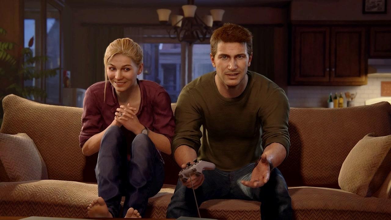 Helena e Nathan Drake em Uncharted 4, jogando PlayStation sentados no sofá