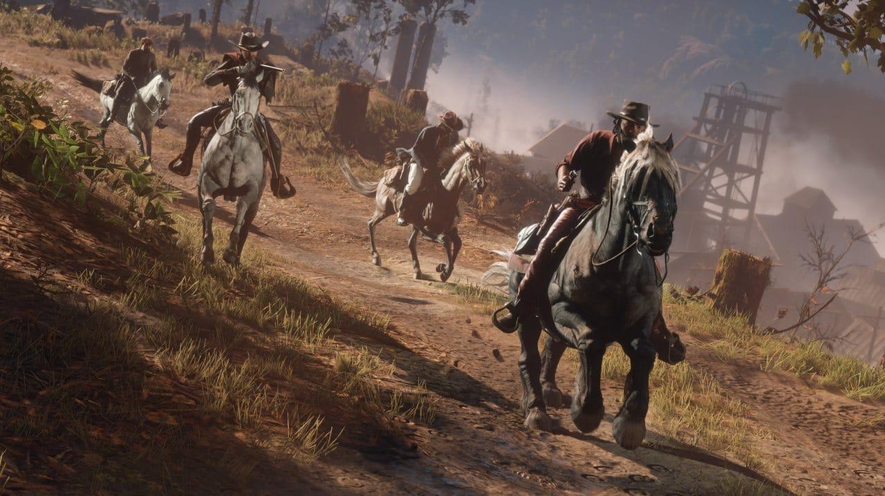 Imagem de quatro personagens de Red Dead Online em uma corrida a cavalos