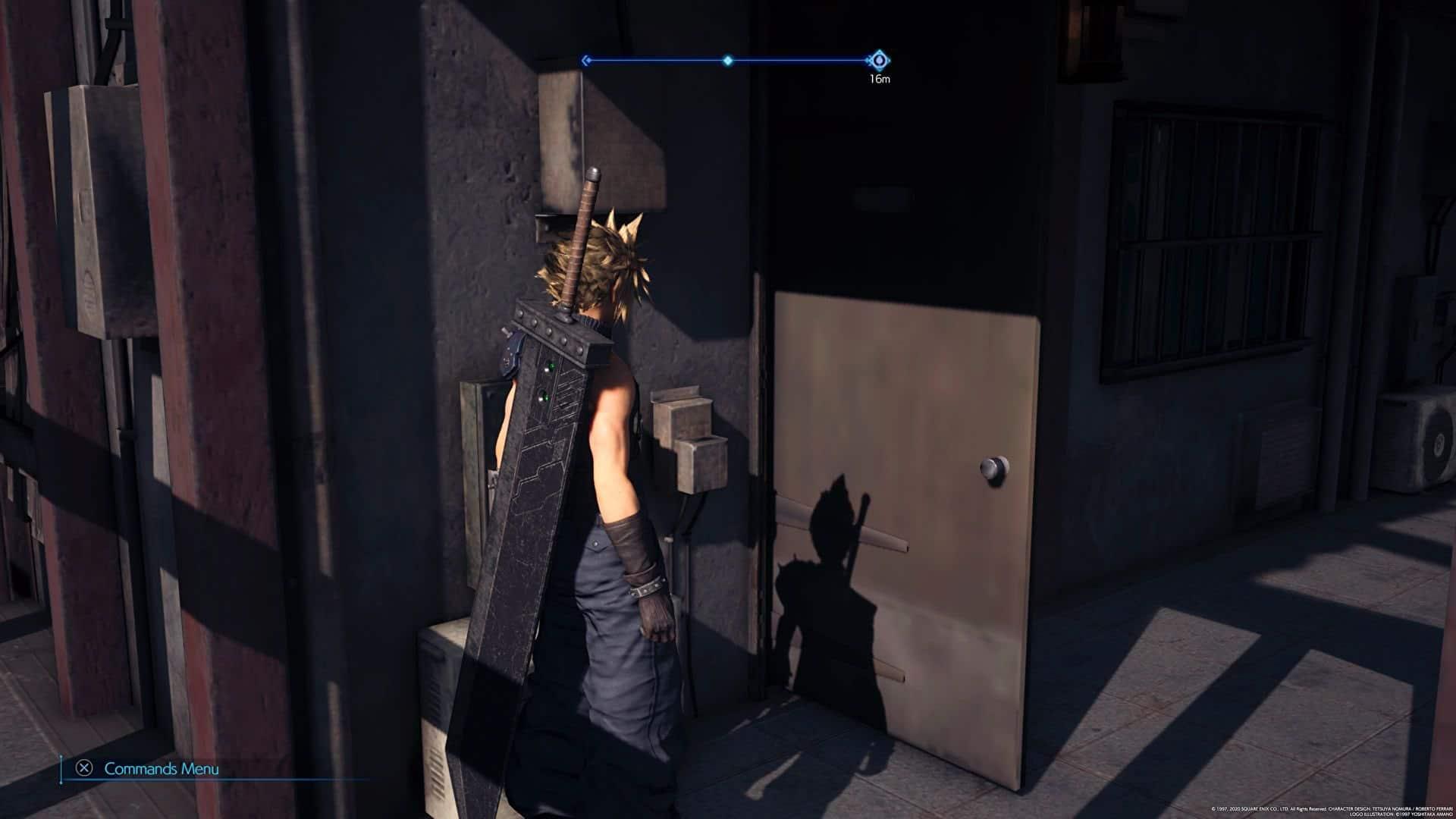 Imagem da matéria de Final Fantasy VII Remake de PS5 com o jogo no PS4 com uma porta com textura de baixa qualidade e o protagonista de lado