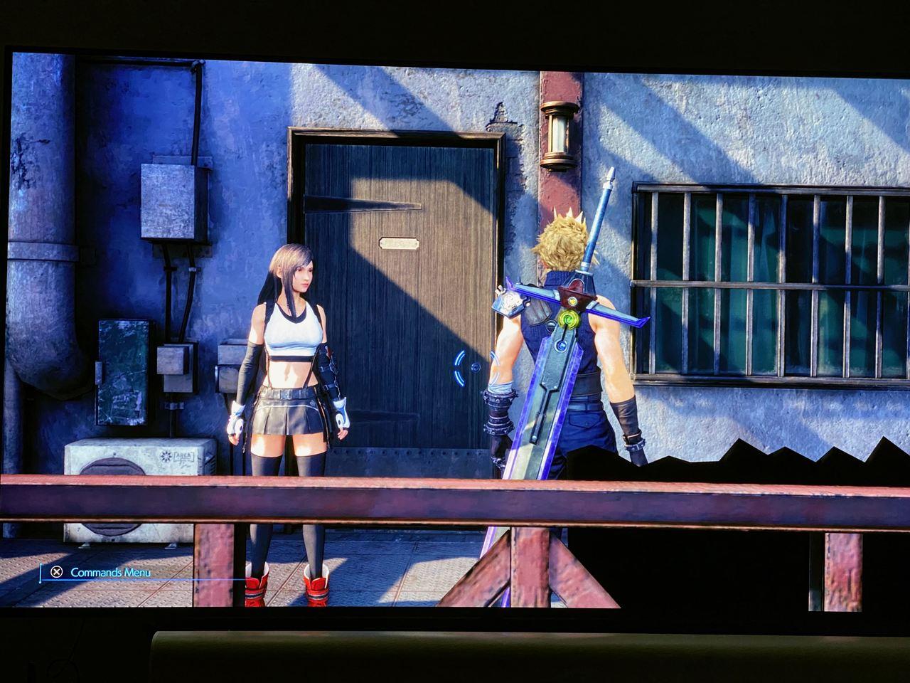 Imagem de Final Fantasy VII Remake de PS5 com o protagonista Cloud de costas e a Tifa de frente, com uma porta em destaque