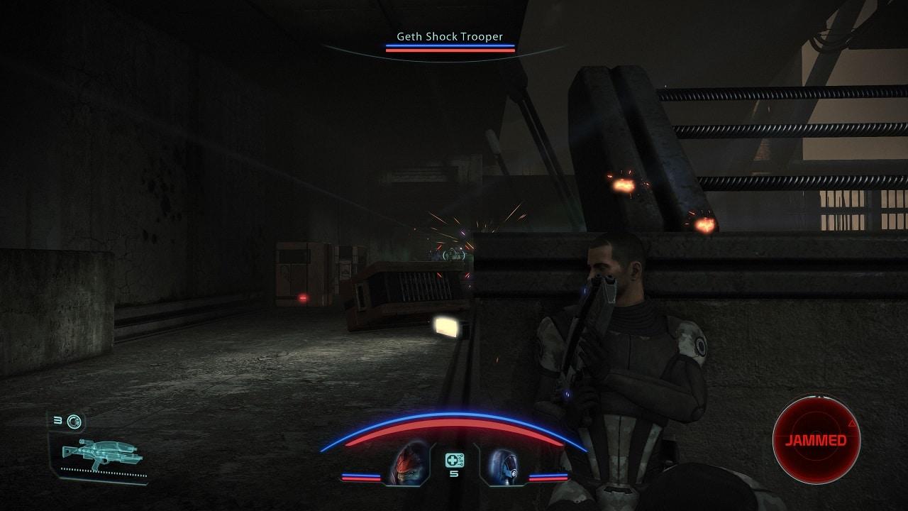 Cena de combate do jogo Mass Effect Legendary Edition com o personagem principal encostado em uma cobertura e mirando em um inimigo distante