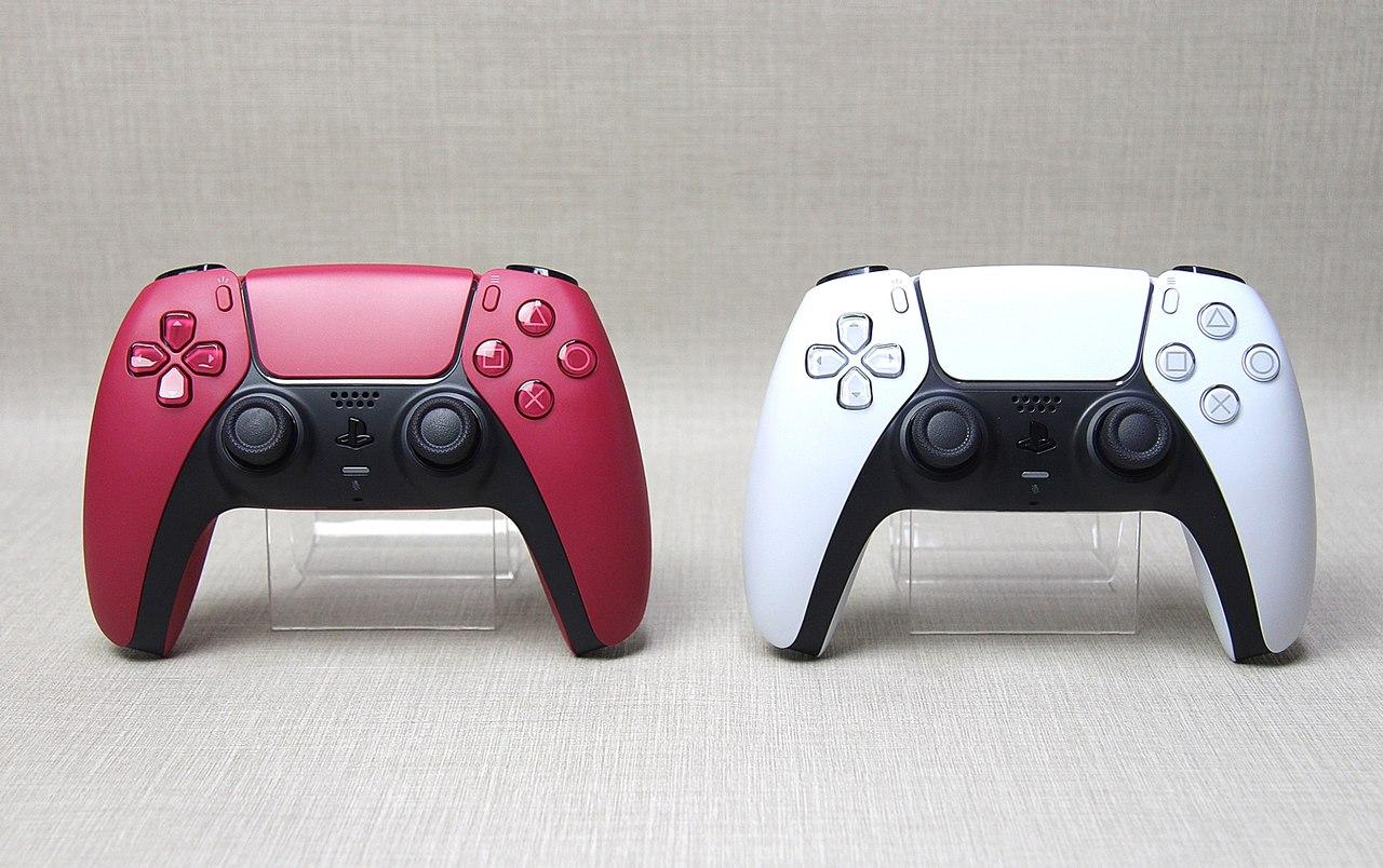 Imagem de uma das novas cores do DualSense, Cosmic Red, comparado ao modelo padrão