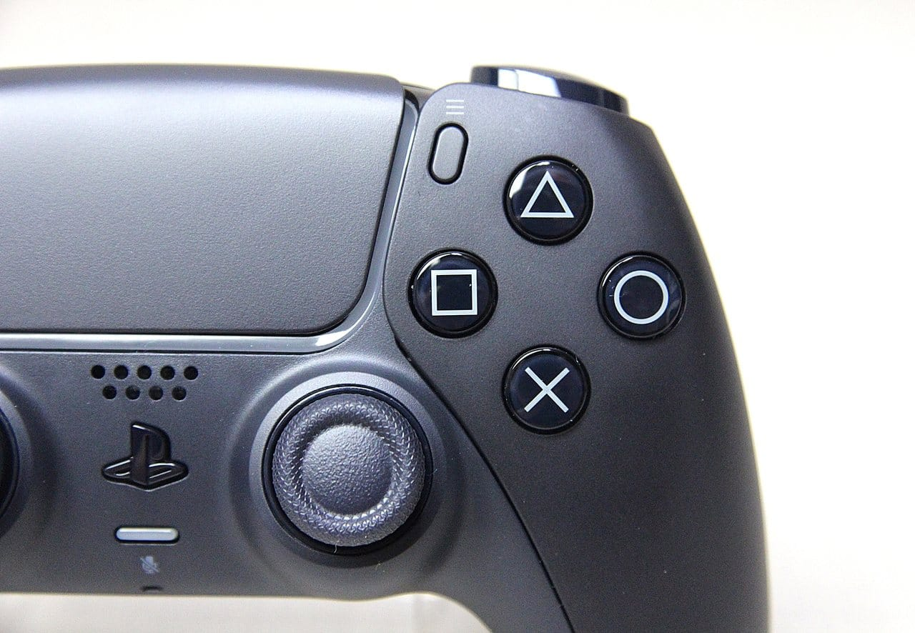 Imagem de uma das novas cores do DualSense, Midnight Black, com detalhes dos botões