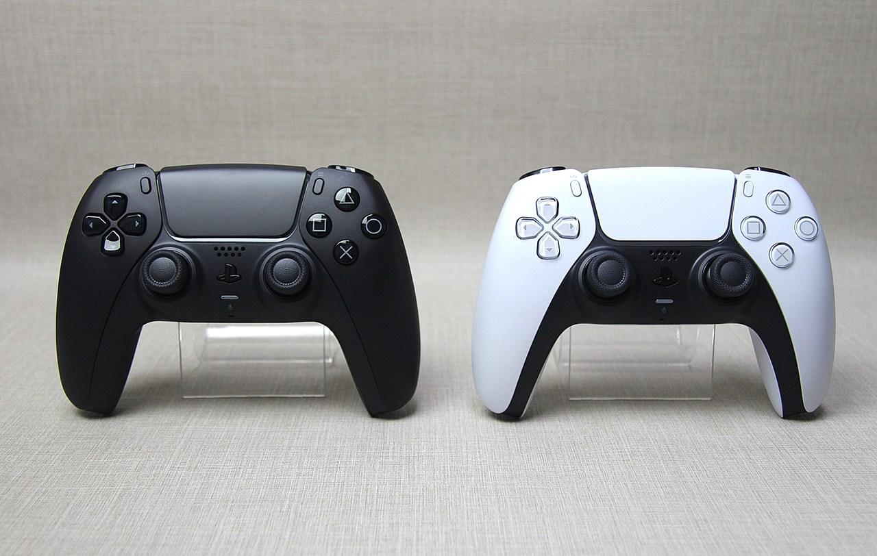 Imagem de uma das novas cores do DualSense, Midnight Black, comparado ao modelo padrão