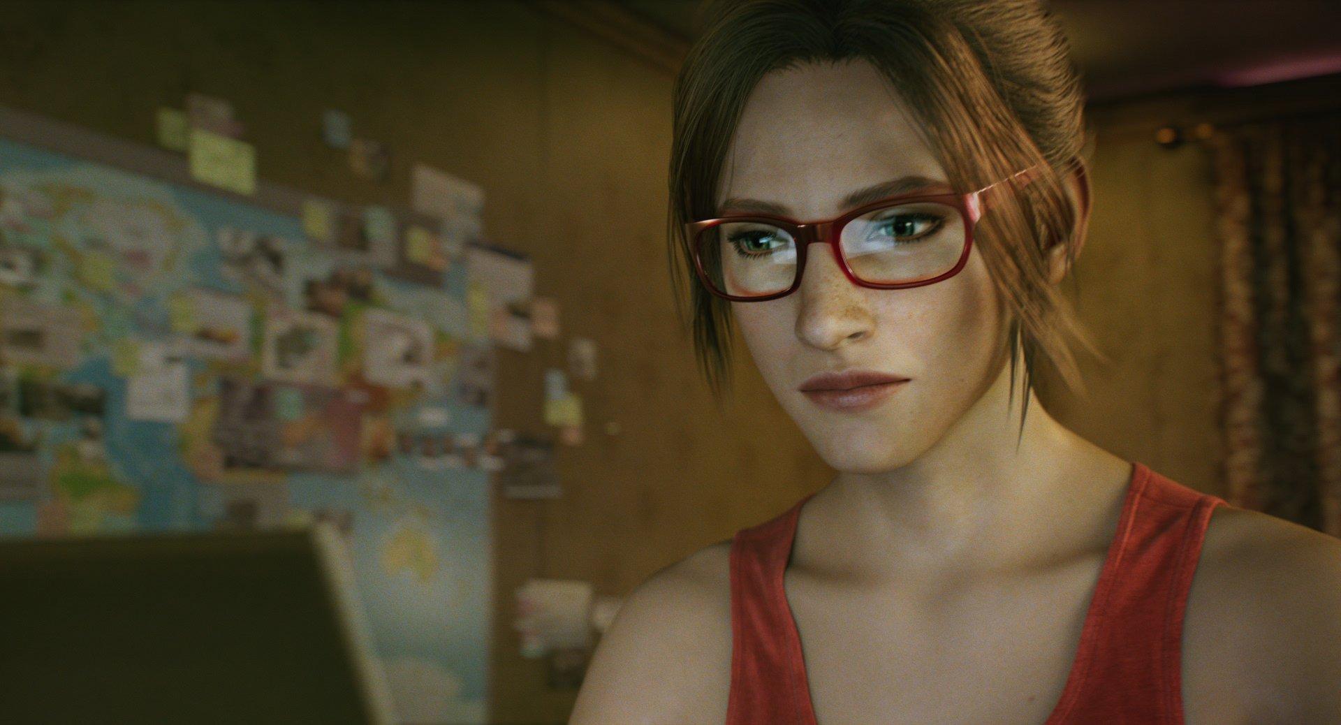 Claire Redfield olhando para um notebook em Resident Evil: No Escuro Absoluto