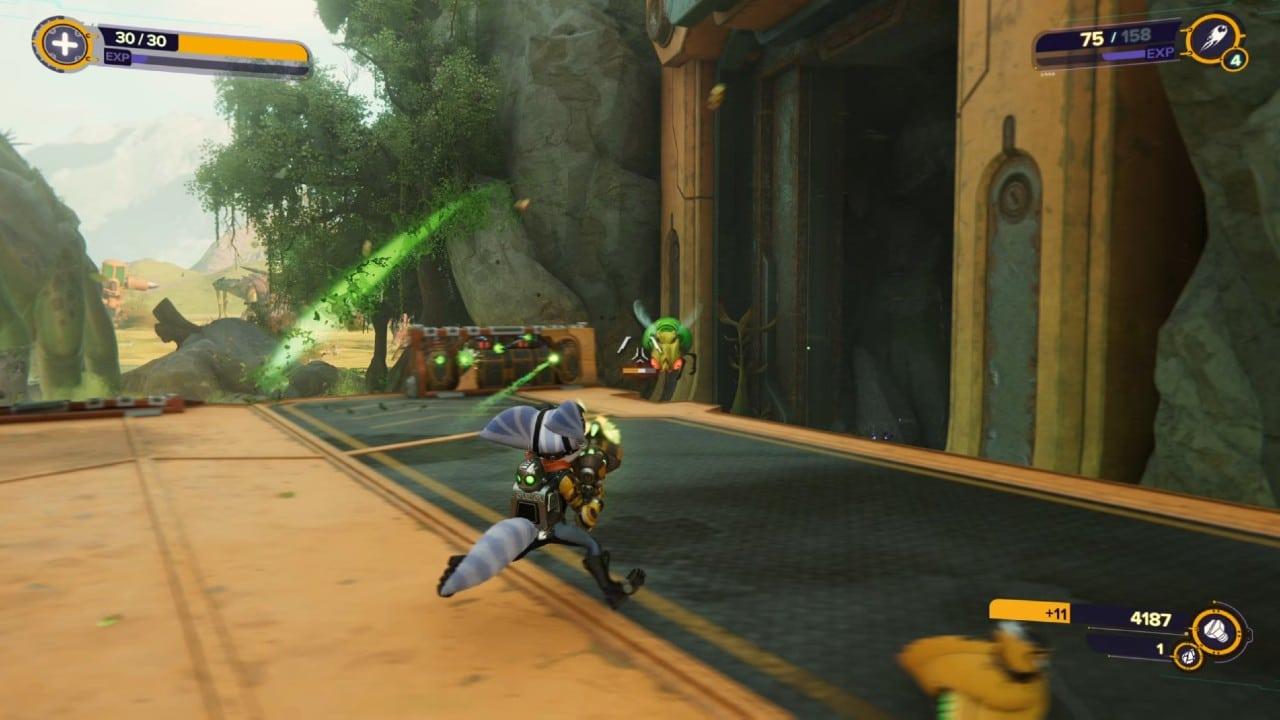 Rivet atira em inimigo em Ratchet & Clank: Em Uma Outra Dimensão
