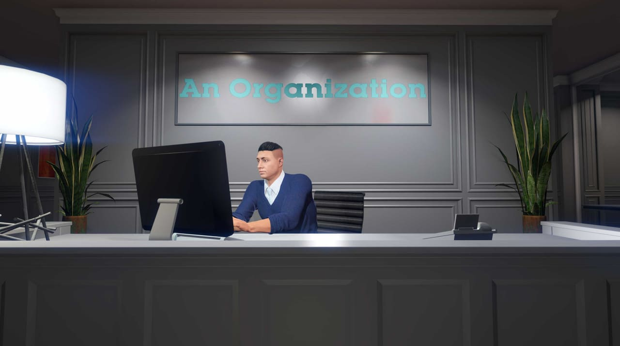 Imagem de um personagem em GTA Online sentado em uma cadeira mexendo em um computador