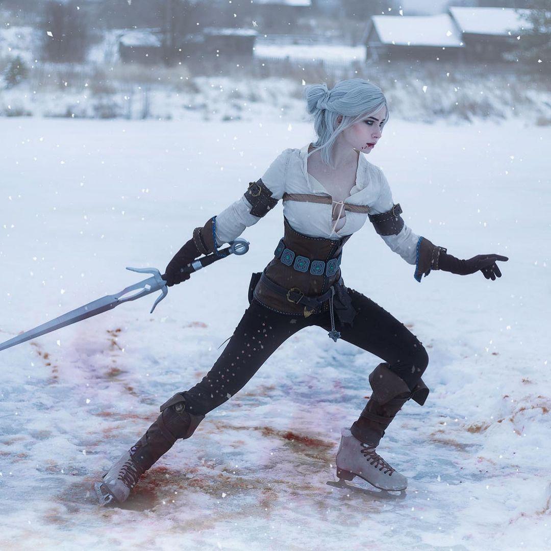 Imagem do cosplay da personagem Ciri, de The Witcher 3, segurando uma espada