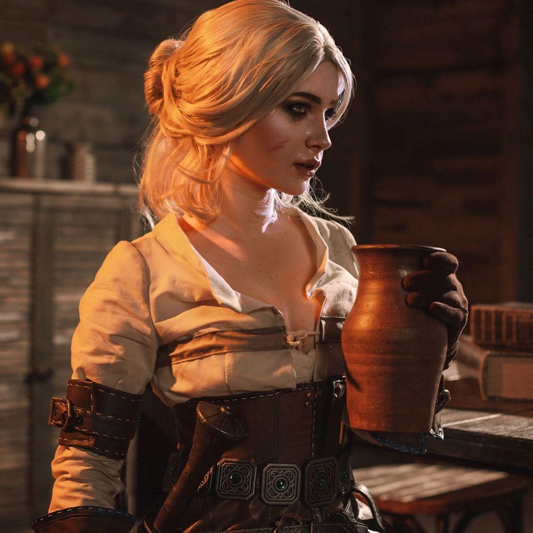Imagem do cosplay da personagem Ciri, de The Witcher 3, segurando um copo