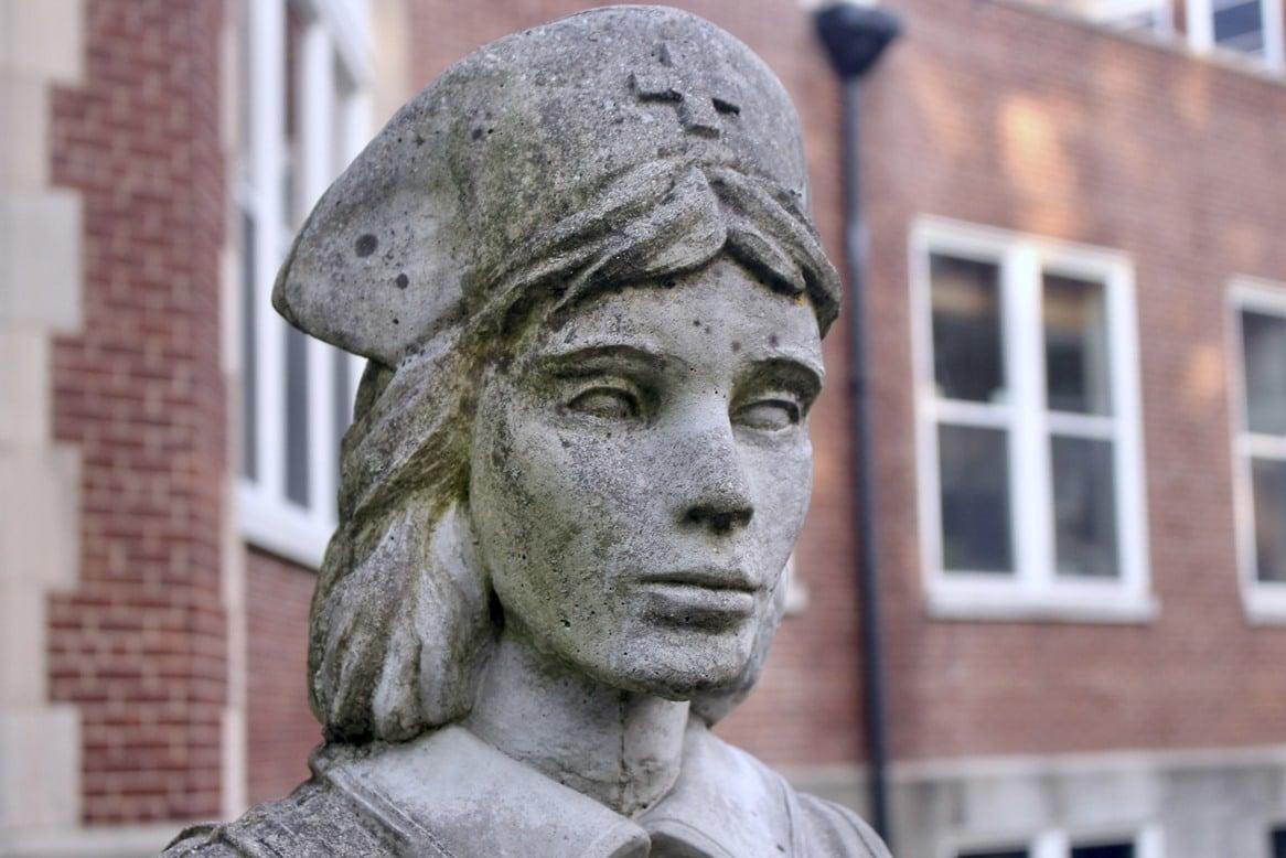 Estatua de uma enfermeira em Waverly Hills Sanatorium.