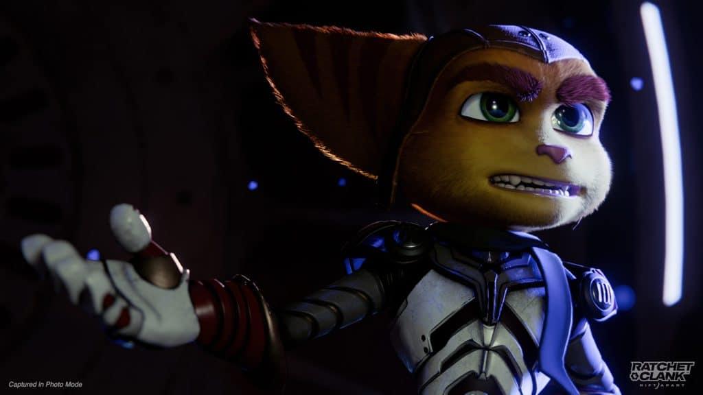Imagem do protagonista Ratchet no modo foto de Ratchet & Clank: Em Uma Outra Dimensão fazendo uma expressão