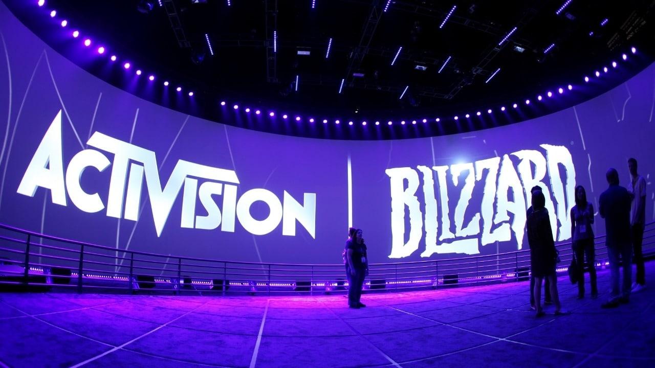Imagem de capa da logo da Activision Blizzard em um telão de um evento